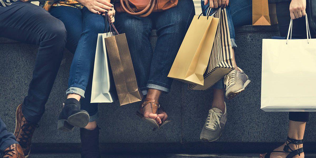 gruppo di ragazze che fanno shopping