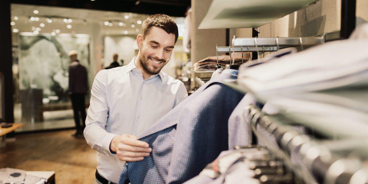 Cliente in un negozio di abbigliamento