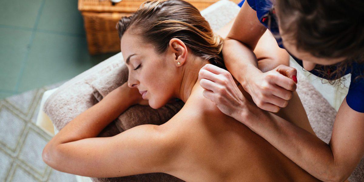 donna riceve massaggio thailandese in un centro estetico