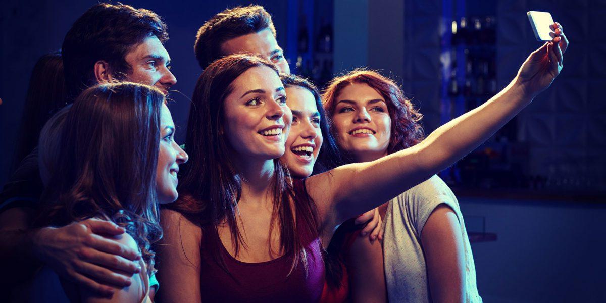 gruppo di amici che si fa un selfie durante un evento