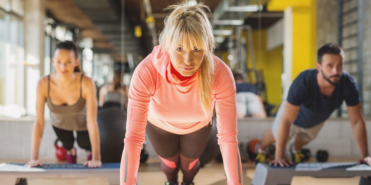 personal trainer mentre si allena in palestra