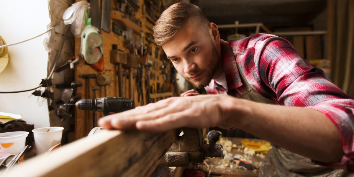 Falegname che lavora il legno