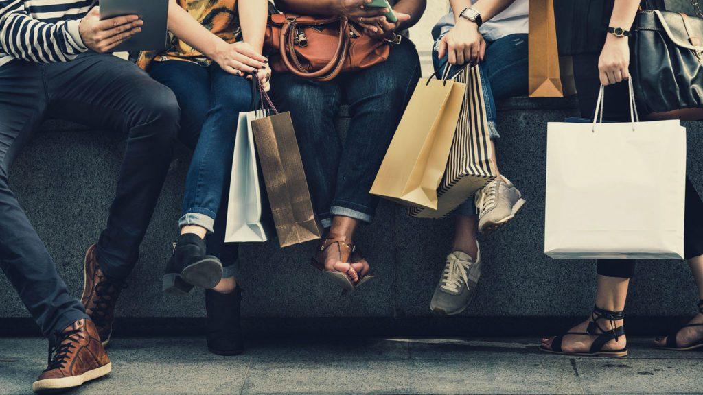 grupo di ragazzi che fanno shopping