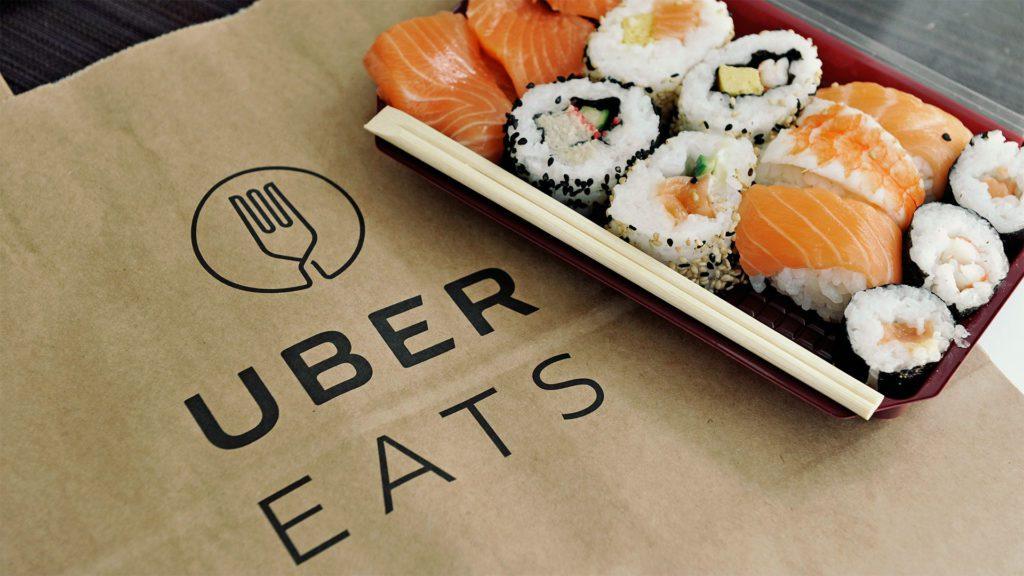 porzione di sushi pronta per essere consegnata all'interno di una sporta in cartone di Uber Eats