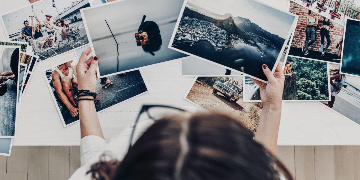ragazza vista dall'alto all'interno di uno studio fotografico mentre seleziona alcune fotografie