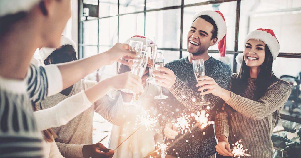 colleghi che festeggiano il natale in ufficio