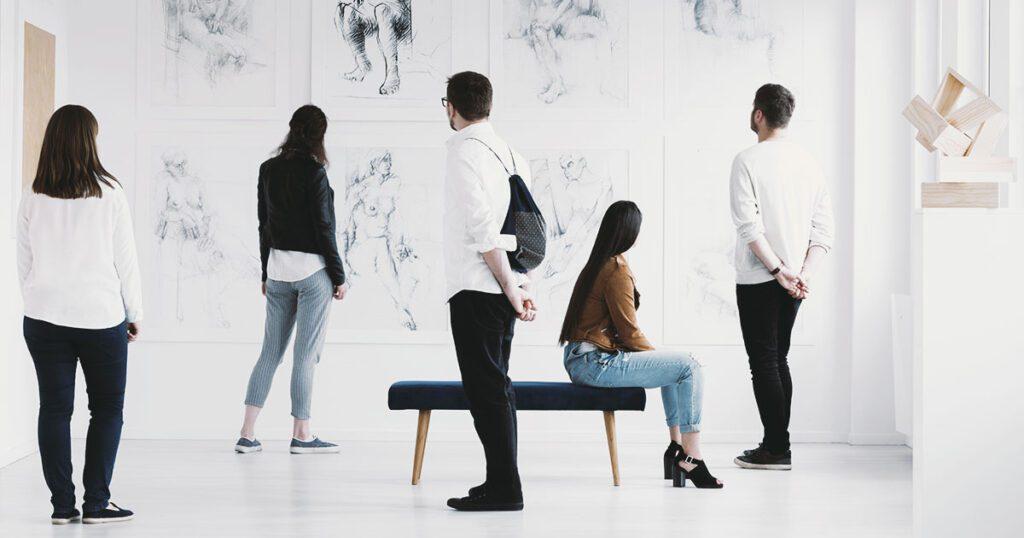 visitatori di una galleria di arte moderna